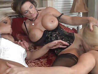 ¡Maldita sea, torturarla brutalmente con el codo en la cárcel craneal! sexo trio real